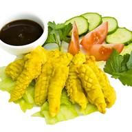 Креветки в кляре с соусом и овощами Фото