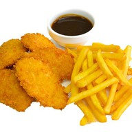 Курица во фритюре с картофелем фри Фото