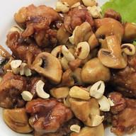 Острая курица с грибами и орехом Фото