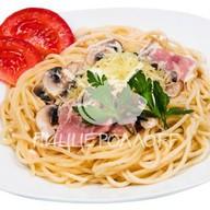Спагетти с грибами и ветчиной Фото