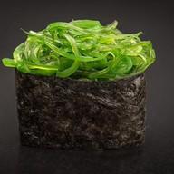Суши с салатом Чукка Фото