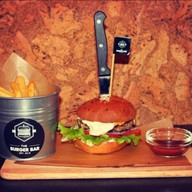 "Бургер ""Дор Блю"" с картофелем фри и соус Фото"