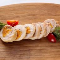 Рулет из цыпленка с перепелиным яйцом Фото