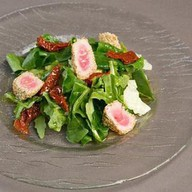 Теплый салат с тунцом Фото
