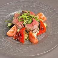 Салат с ростбифом и овощами гриль Фото