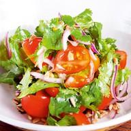 Салат из южных томатов с семечками Фото