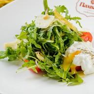 Зеленый салат с яйцом пашот Фото