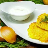 Картофельные драники со сметаной Фото