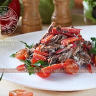 Мясной салат с помидорами Черри Фото