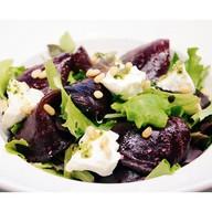 Салат из печеной свеклы с мягким сыром Фото