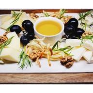 Ассорти сыров с виноградом,орехом,медом Фото