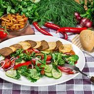 Тосканский салат из свежих овощей Фото