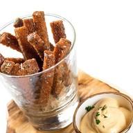 Чесночные сухарики с сырным соусом Фото