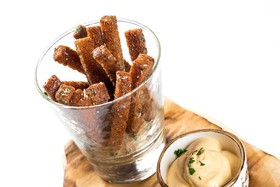 Чесночные сухарики с сырным соусом - Фото