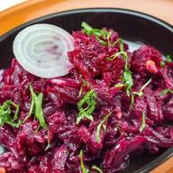 Салат из запеченной свеклы с орехами Фото