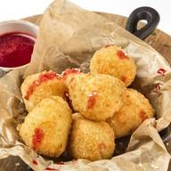 Сырные шарики с ягодным соусом Фото