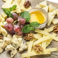 Сырное ассорти с мёдом и виноградом Фото