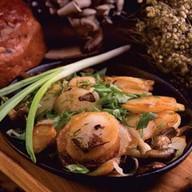 Картоха с салом, луком, грибами Фото
