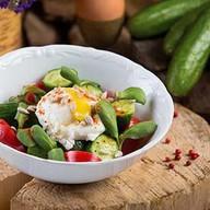 Салат овощной с яйцом пашот Фото