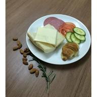 Комплексный завтрак с багетом с сыром Фото
