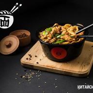 Жареная лапша с курицей в соусе Фото
