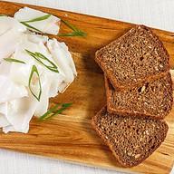 Сало домашнее с черным хлебом и луком Фото