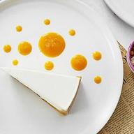 Домашний чизкейк с соусом из манго Фото