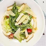 Листья салата ромейн с соусом цезарь Фото