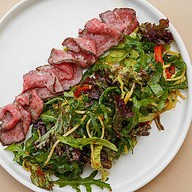 Листья салатов с ростбифом и соусом Фото