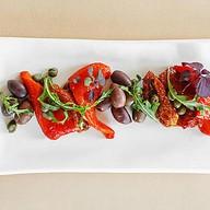 Оливки трех видов и вяленые томаты Фото