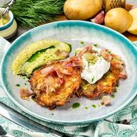Драники с беконом, соусом и яйцом-пашот Фото