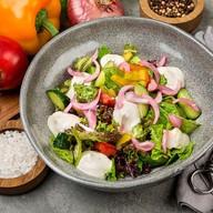 Салат из свежих овощей с сырным муссом Фото