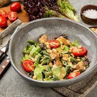 Салат с курицей печёным томатом,арахисом Фото