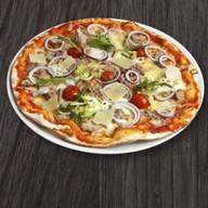 Пицца с тунцом и красным луком Фото