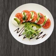 Моцарелла ди буфала с помидорами Фото