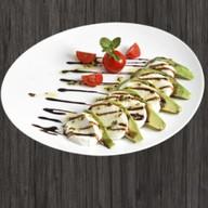 Моцарелла ди буфала с авокадо Фото