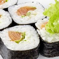 Ролл сливочный со свежим салатом,лососем Фото