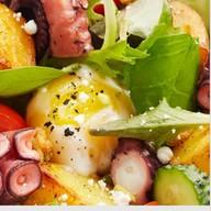 Салат с теплым картофелем, осьминогом Фото