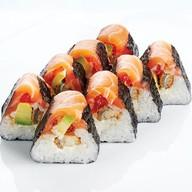 Ролл с лососем, угрем, авокадо, сыром Фото