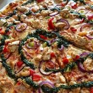 Пицца с курицей, грибами и соусом Песто Фото
