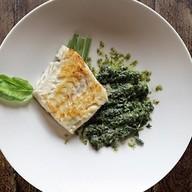 Треска со шпинатом, зеленым луком, песто Фото