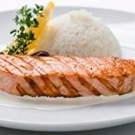 Лосось гриль со сливочным соусом и рисом Фото