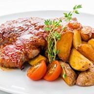 Стейк из свиной шеи с печёным картофелем Фото