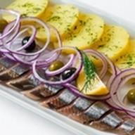 Филе сельди с отварным картофелем, луком Фото