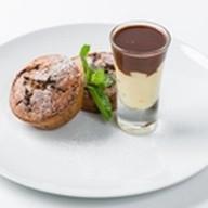 Горячие шоколадные кексы с соусом Фото