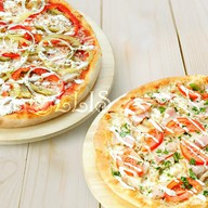 Две пиццы с куриной грудкой Фото