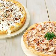 Две мясные пиццы Фото