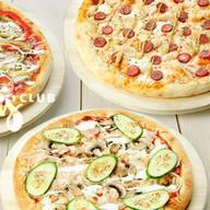 Три пиццы с куриной грудкой Фото