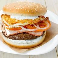 Бургер с котлетой, беконом и жареным яйц Фото