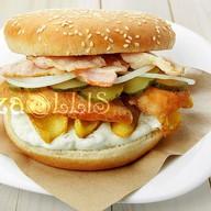 Бургер с копченым куриным филе, беконом Фото